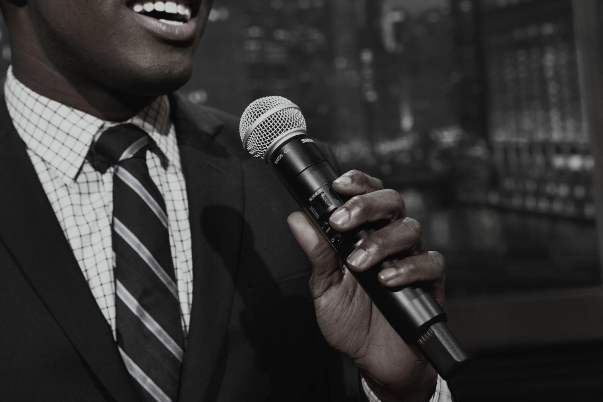 Shure SLX-D mikrofoni kädessä